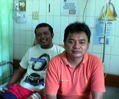 Almarhum (sebelah kiri) saat di-bezoek rekan-rekan seangkatan.