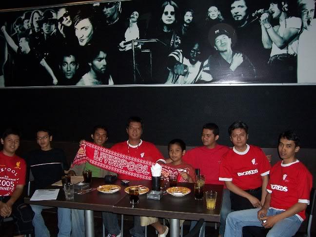 Peserta nobar pertama BIGREDS di Surabaya. Abi, tengah bawa syal, Ferhat yang paling kanan