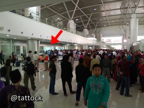 Antrian panjang di counter tiket Garuda di T2 Juanda, untuk mengurus refund atau rescheduling. (Panah, adalah lokasi counter-nya)