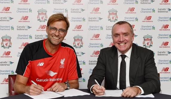 Momen bersejarah. Jurgen Klopp sebagai orang ke 22 yang pernah menjabat sebagai Manager Liverpool FC. Dan menyenangkannya untuk mengenang: GARUDA INDONESIA tampil di foto bersejarah ini.